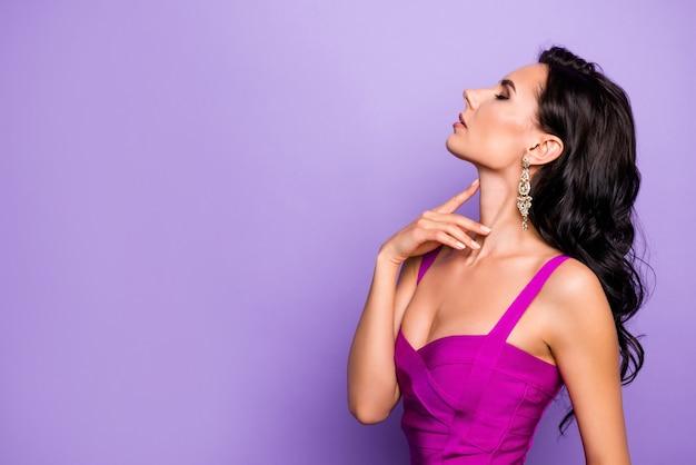 Closeup retrato de perfil de senhora tocando o pescoço isolado sobre fundo lilás