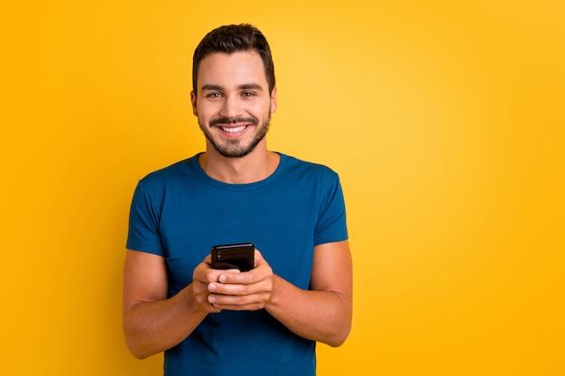 Closeup retrato de um cara usando repostagem de feedback de comentário de célula