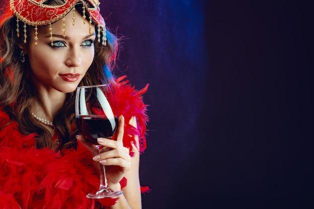 Closeup, retrato, de, um, excitado, mulher, com, um, vidro vinho vermelho