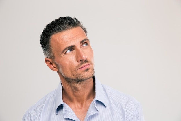 Closeup retrato de um homem confiante olhando para copyspace sobre o espaço cinza