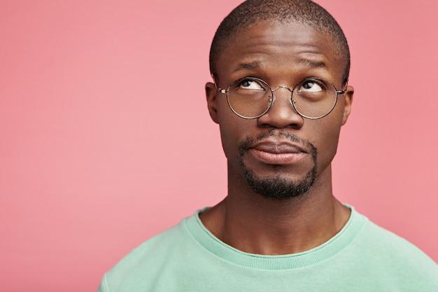 Closeup retrato de um jovem afro-americano