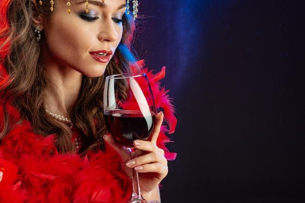 Closeup, retrato, de, um, mágico, excitado, mulher, com, um, vidro vinho vermelho