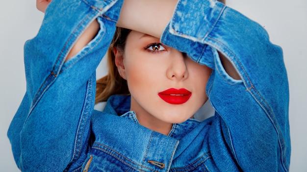 Closeup, retrato, de, um, mulher bonita, em, calças brim azul