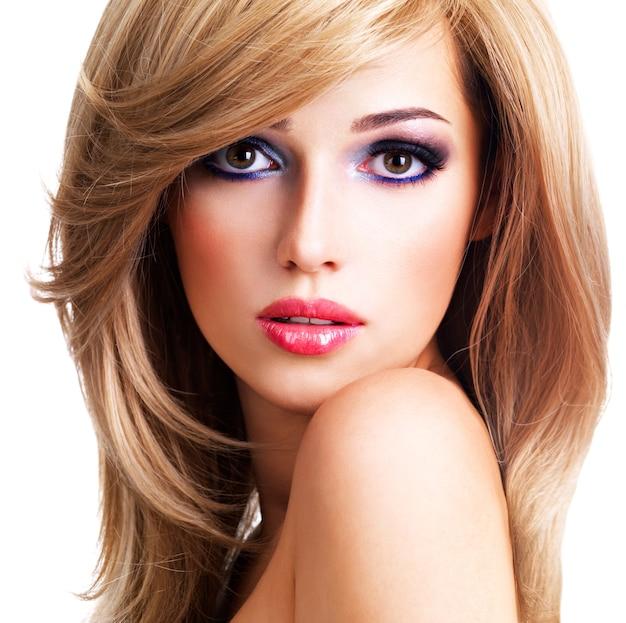 Closeup retrato de uma bela jovem com longos cabelos brancos. modelo posando sobre espaço em branco