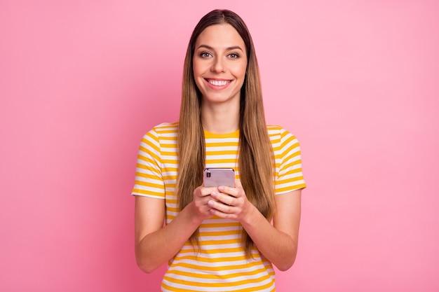 Closeup retrato de uma garota alegre usando um sorriso de celular digital