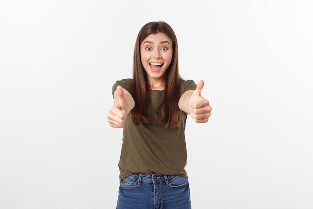 Closeup retrato de uma jovem bonita, mostrando os polegares para cima o sinal. isole sobre o branco.