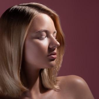 Closeup retrato de uma jovem mulher bonita com cabelo loiro