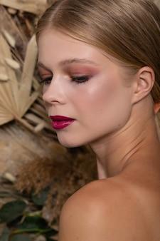 Closeup retrato de uma jovem mulher bonita com uma pele saudável do rosto.