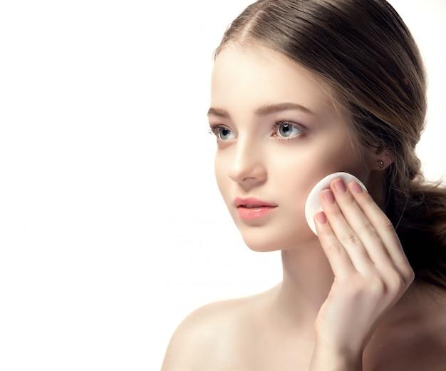 Closeup retrato de uma jovem mulher linda com uma pele perfeita