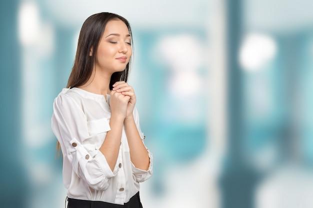 Closeup retrato de uma jovem mulher rezando