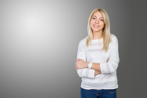 Closeup retrato de uma linda jovem mulher de negócios sorrindo