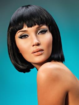 Closeup retrato de uma linda mulher com penteado bob. rosto de modelo com maquiagem criativa