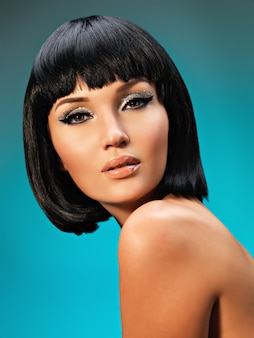Closeup retrato de uma linda mulher com penteado bob.