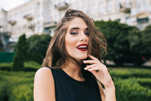 Closeup retrato de uma menina bonita com cabelo comprido e encaracolado