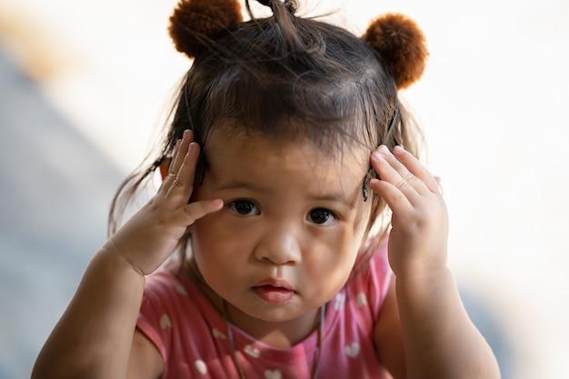 Closeup retrato de uma menina tailandesa bonitinha pensando