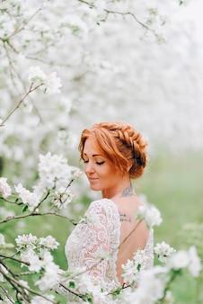 Closeup retrato de uma mulher ruiva em flor branca
