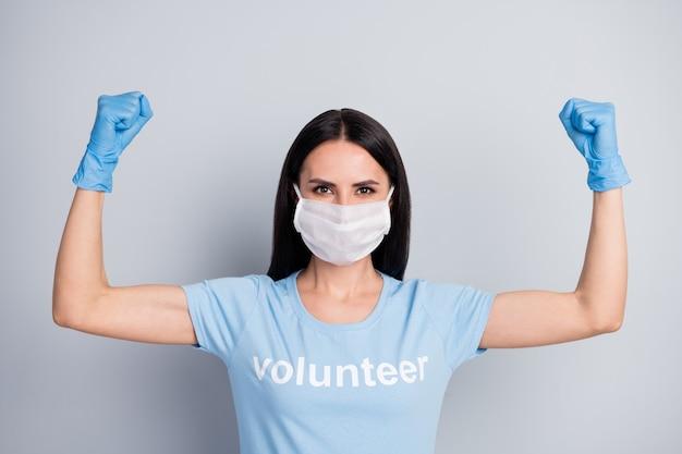 Closeup retrato dela bonita atraente adorável forte poderosa garota médico doc trabalho voluntário trabalho de trabalhador demonstrando músculos salvar planeta globo isolado sobre fundo cinza pastel
