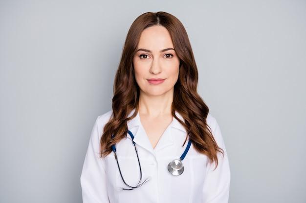 Closeup retrato dela ela agradável atraente adorável conteúdo sério especialista médico habilidoso vermelho foxy gengibre especialista de cabelo ondulado isolado sobre fundo cinza pastel