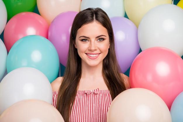 Closeup retrato dela ela agradável atraente adorável doce cativante fofa alegre alegre garota de cabelos compridos entre bolas de ar coloridas desfrutando do dia festivo parabéns