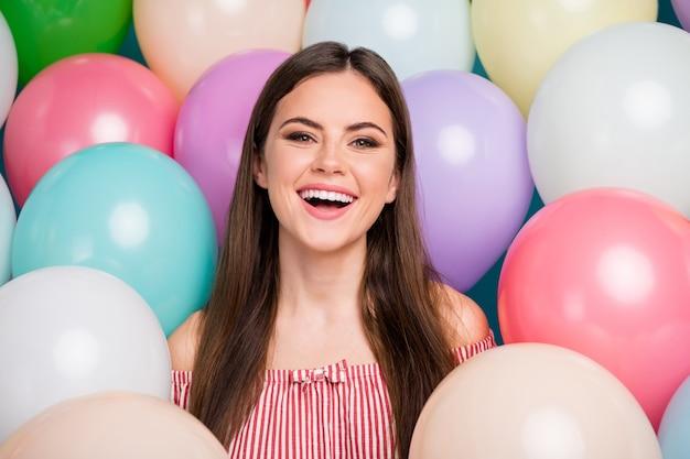 Closeup retrato dela ela agradável atraente adorável muito charmosa fofa alegre alegre alegre garota de cabelos compridos curtindo o dia festivo de bom humor entre bolas de ar coloridas