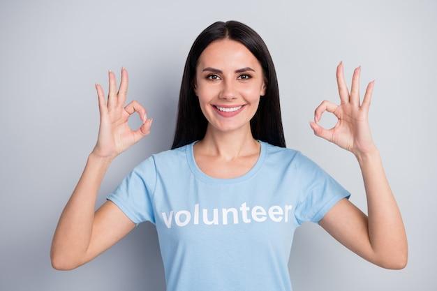 Closeup retrato dela ela agradável atraente adorável muito feliz alegre alegre menina voluntária mostrando dois oksign duplo concordam isolado sobre fundo cinza pastel