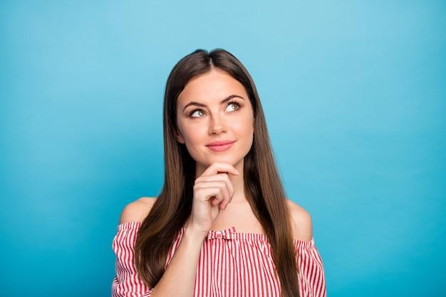 Closeup retrato dela, ela é agradável, atraente, adorável, muito fofa, inteligente, inteligente, sonhadora, garota de cabelos compridos, criando um novo plano de tarefas isolado sobre fundo de cor azul vibrante de brilho vívido