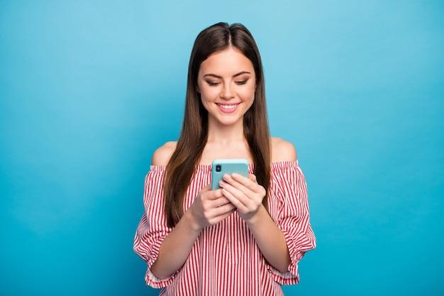 Closeup retrato dela, ela é legal, atraente, adorável, muito focada, alegre, alegre, garota de cabelos compridos, usando o tempo livre do serviço da web, isolado sobre fundo de cor azul brilhante brilhante vívido