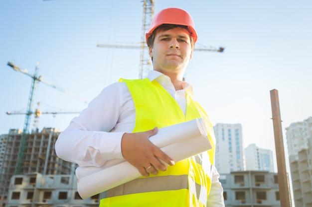 Closeup retrato do gerente de construção posando com plantas