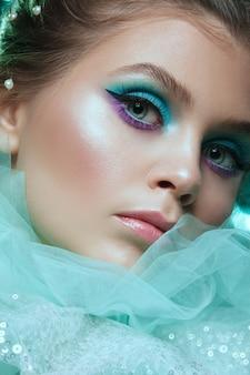 Closeup retrato do glamour sensual mulher bonita modelo senhora com maquiagem fresca diariamente