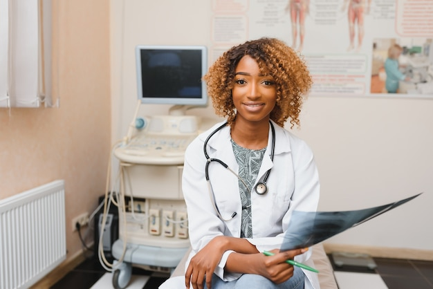 Closeup retrato do rosto de uma profissional de saúde feminina, amigável e sorridente, confiante, com jaleco