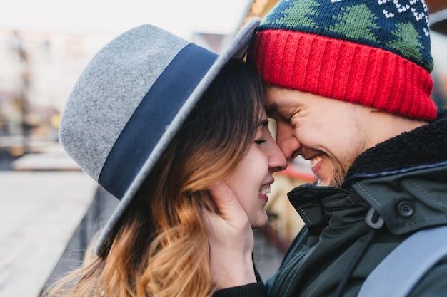 Closeup retrato incrível casal apaixonado, aproveitando o tempo juntos na rua. verdadeiras emoções adoráveis, sentimentos brilhantes, felicidade, época do natal, apaixonar-se.