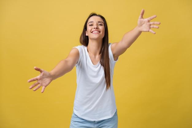 Closeup retrato, mulher jovem, feliz, sorridente, apontando com os braços para vir