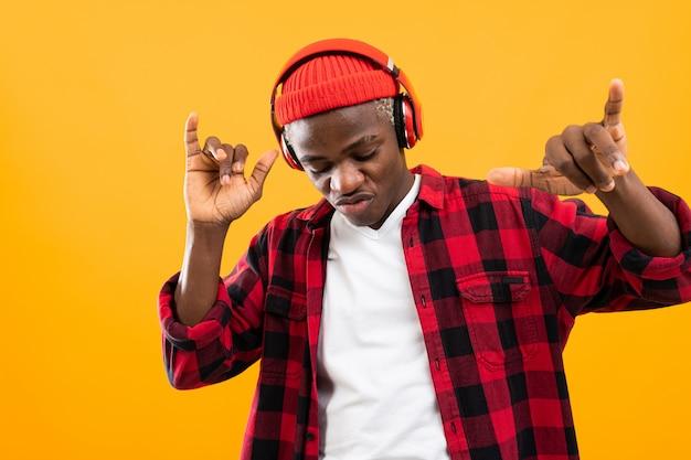 Closeup retrato sorrindo negro americano ouvindo música em fones de ouvido e dançar
