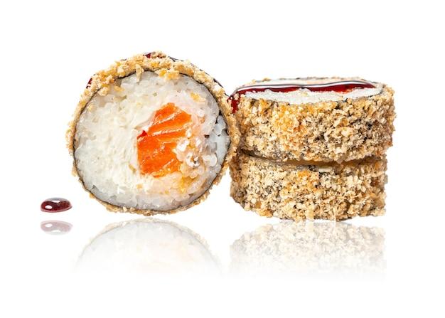 Closeup rolo de sushi frito quente com salmão e queijo isolado no fundo branco com reflexão