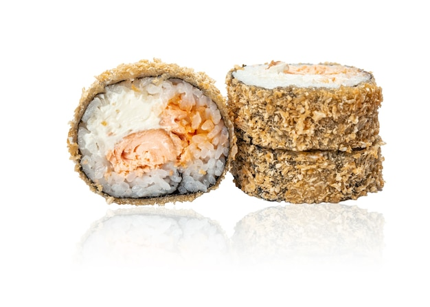 Closeup rolo de sushi frito quente com salmão frito isolado no fundo branco com sushi de reflexão