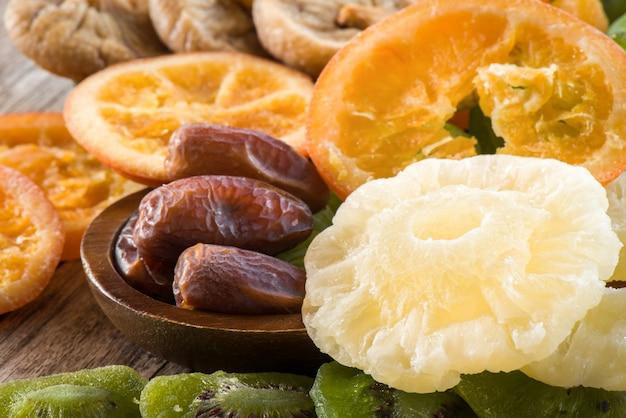 Closeup secado abacaxi com diferentes frutas secas na mesa, desidratada várias frutas fo