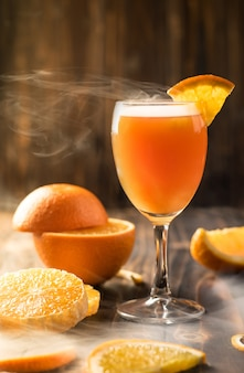 Closeup suco de laranja mandarina em madeira, copie o espaço