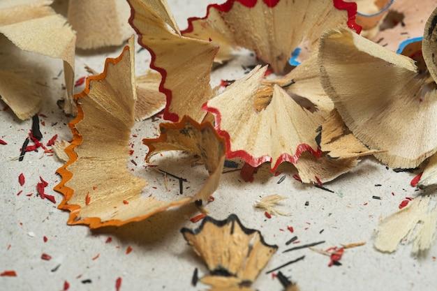 Closeup tiro de aparas de lápis coloridos em uma superfície suja
