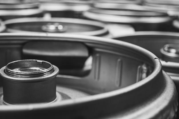 Closeup tiro de barris de cerveja de metal