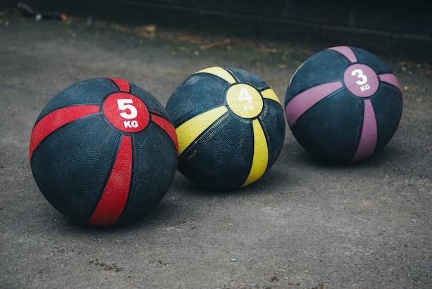 Closeup tiro de bolas de basquete ponderadas Foto gratuita