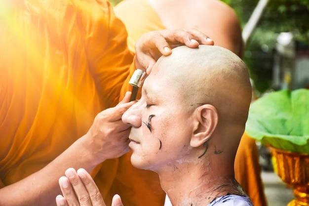 Closeup, tiro, de, cabelo raspado, para, ordenado, budista, homem, com, espaço cópia