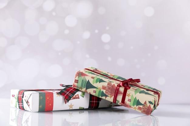 Closeup tiro de caixas de presente de natal em bokeh de fundo