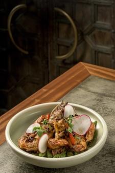 Closeup tiro de camarões grelhados no prato