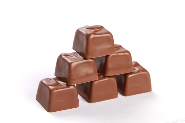 Closeup tiro de chocolate isolado na superfície branca