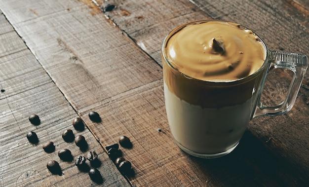 Closeup tiro de dalgona coffee gelado, café batido cremoso fofo.
