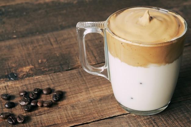 Closeup tiro de dalgona coffee gelado, café cremoso e fofo batido.