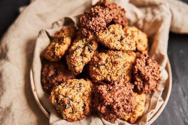 Closeup tiro de deliciosos biscoitos de aveia caseiros em um prato