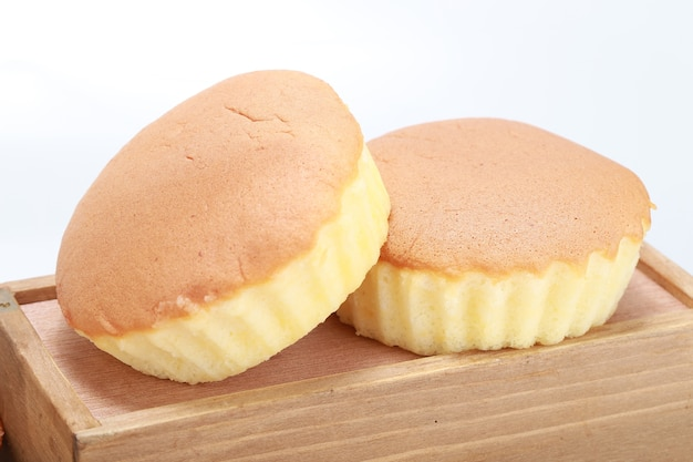 Closeup tiro de dois deliciosos cupcakes recém-assados em uma caixa de madeira
