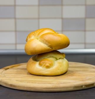 Closeup tiro de dois pães doces em uma placa de madeira