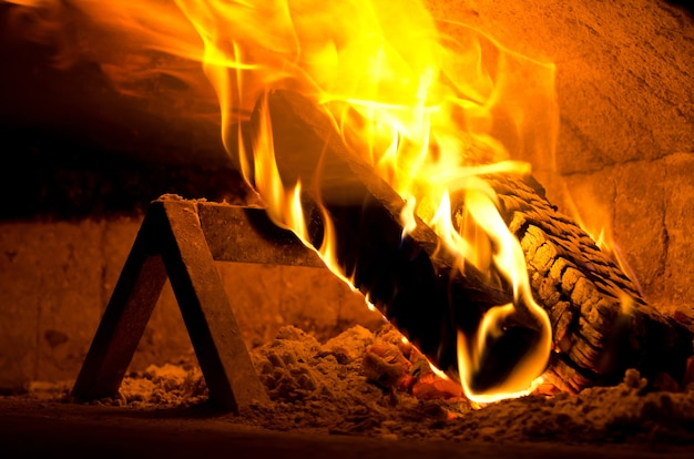 Closeup tiro de fogo dentro de um forno de pizza na itália